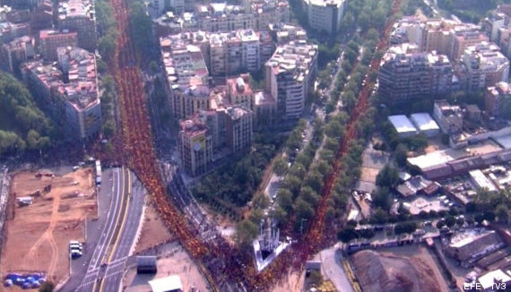 MILES DE PERSONAS FORMAN UNA UVE EN BARCELONA A FAVOR DE LA CONSULTA SOBERANISTA